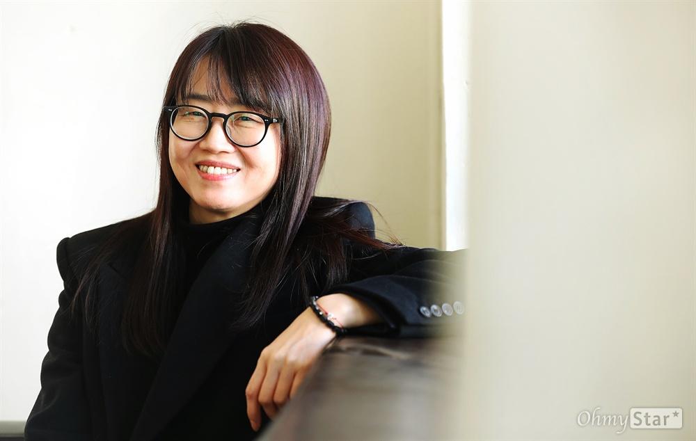 '킹덤' 김은희 작가 넷플릭스 오리지널 <킹덤>의 김은희 작가가 28일 오전 서울 팔판동의 한 카페에서 진행된 인터뷰에 앞서 포즈를 취하고 있다.