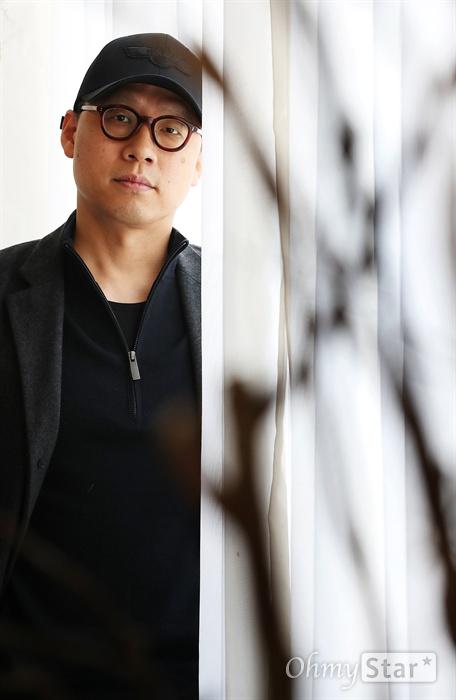 '킹덤' 김성훈 감독 넷플릭스 오리지널 <킹덤>의 김성훈 감독이 28일 오전 서울 팔판동의 한 카페에서 진행된 인터뷰에 앞서 포즈를 취하고 있다.