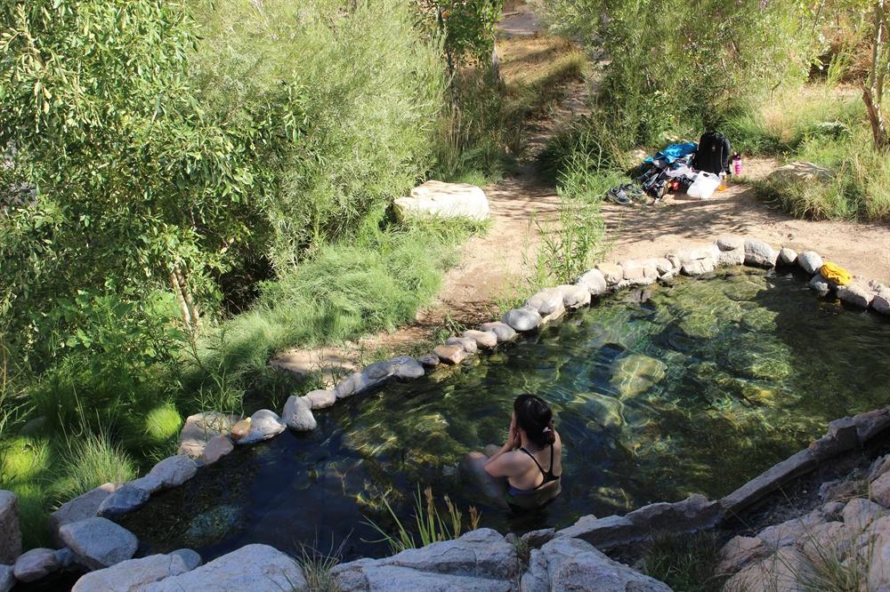 딥크릭 온천에 있는 탕이다. 아침 일찍 도착해 물이 더 깨끗하다. 탕을 휘젓고 다니면 돌에 붙은 이끼가 올라와 탕이 혼탁해 질 수 있다. 아내가 목욕을 하고 있다.