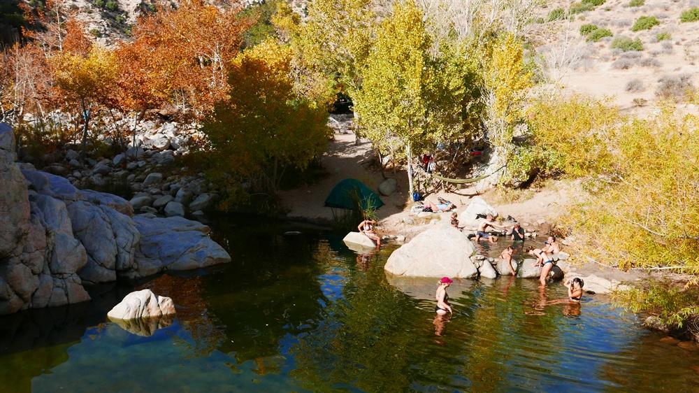 온천 옆을 흐르는 딥강이다. 뜨거운 온천수가 이곳으로 이어지지만 제법 물길이 커 물이 차갑다. 여행자들은 이곳에서 수영을 하다 뜨거운 온천으로 들어가기를 반복한다.