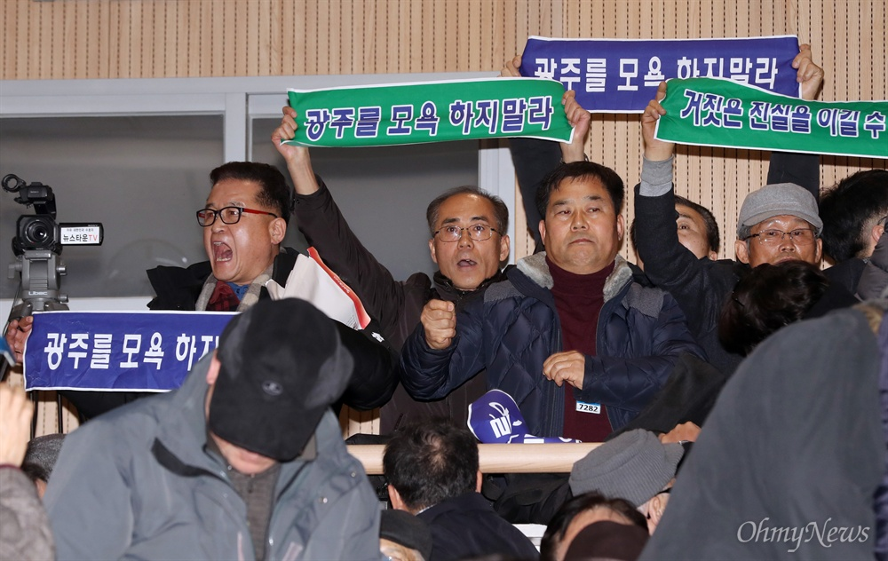 '광주를 모욕하지 말라' 지만원 강연장에 등장한 플래카드   '5.18 북한군 개입설'을 주장하고 있는 지만원씨가 8일 오후 서울 여의도 국회 의원회관에서 자유한국당 김진태·이종명 의원 공동주최로 열린 '5·18 진상규명 대국민 공청회'에 발표자로 나서자, 이에 반대하는 시민들이 '광주를 모욕하지 말라'라고 적은 플래카드를 펼치며 항의하고 있다.