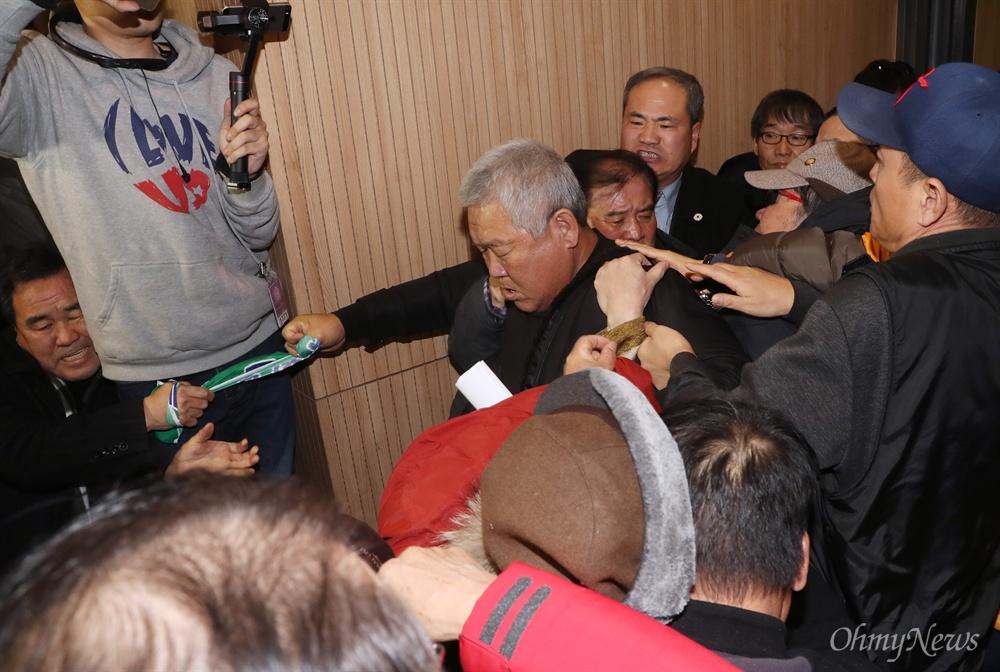 지만원 강연장에서 끌려나가는 시민들 '5.18 북한군 개입설'을 주장하고 있는 지만원씨가 8일 오후 서울 여의도 국회 의원회관에서 자유한국당 김진태·이종명 의원 공동주최로 열린 '5·18 진상규명 대국민 공청회'에 발표자로 나서자, 이에 반대하는 시민들이 '광주를 모욕하지 말라'라고 적은 플래카드를 펼치며 항의하다 끌려나가고 있다.