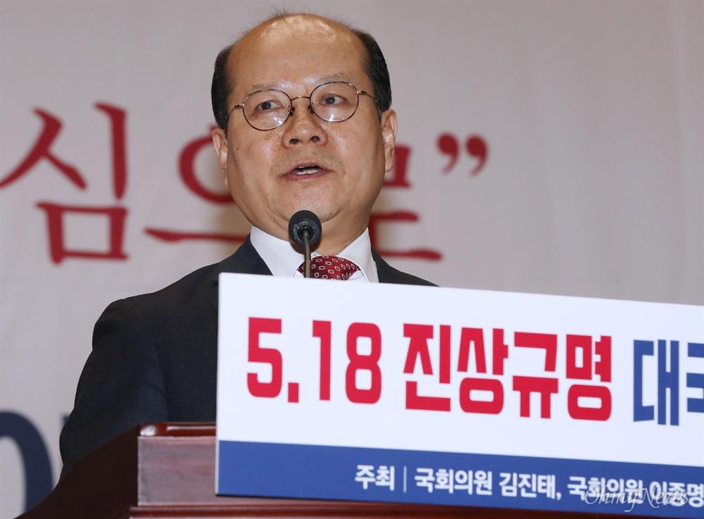 5.18 공청회 발표자로 지만원 내세운 이종명 의원 자유한국당 김진태 의원과 공동으로 8일 오후 서울 여의도 국회 의원회관에서 '5·18 진상규명 대국민 공청회'를 주최한 이종명 의원이 연단에 올라 축사를 하고 있다.
