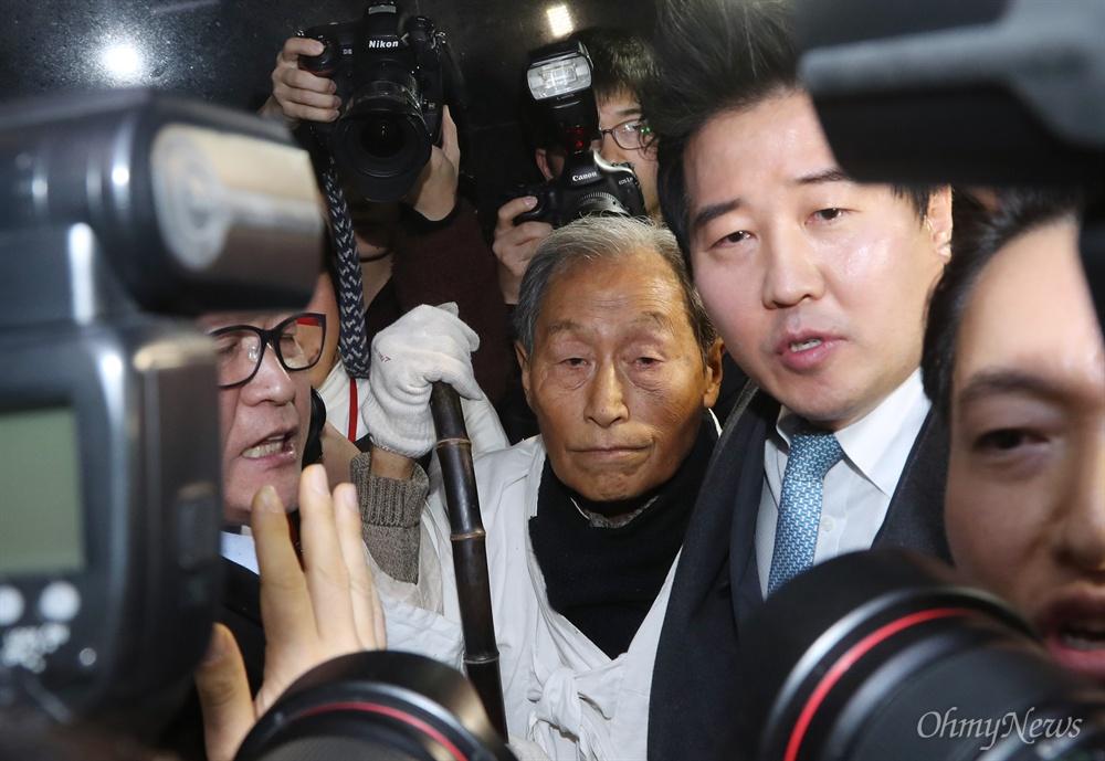 자유한국당으로 향하는 5.18 단체 회원들 서경원 전 의원(가운데) 등 5·18 관련 단체 회원들이 11일 오후 서울 국회 정론관에서 기자회견을 마친후 자유한국당 대표실로 향하는 중 국회 관계자들과 몸싸움을 하고 있다.