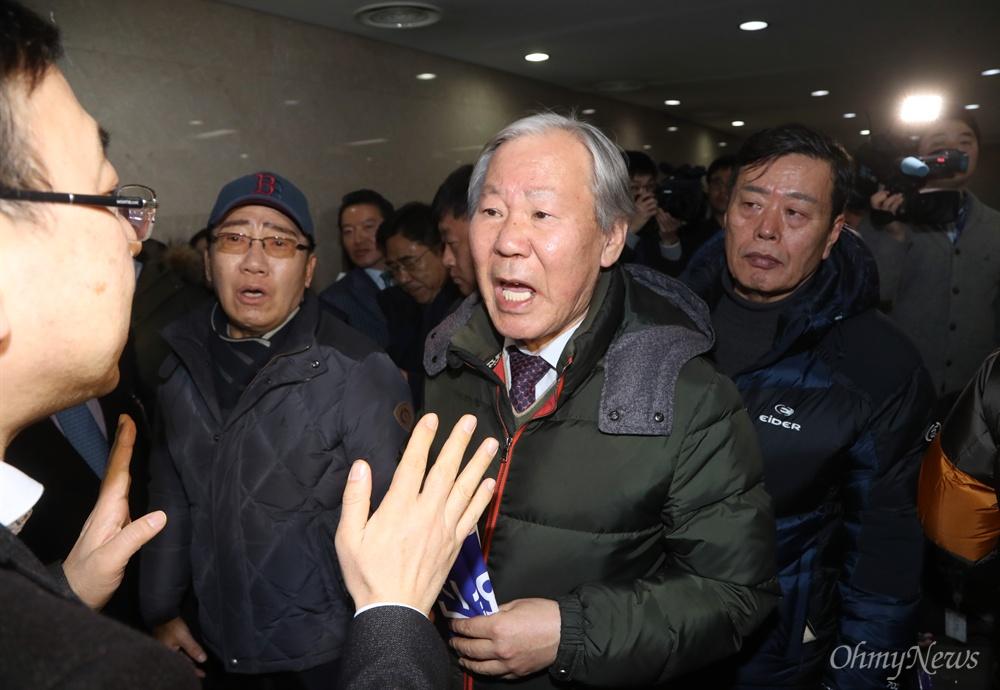 가로막힌 5.18 단체 회원들 5·18 관련 단체 회원들이 11일 오후 서울 국회 정론관에서 기자회견을 마친후 자유한국당 대표실로 향하는 중 국회 관계자들에 막혀 실랑이를 벌이고 있다.
