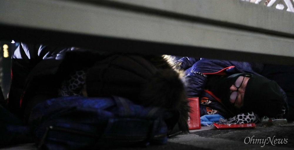 찬바닥에 드러누운 '오월어머니'들 5·18 희생자 유족들이 11일 오후 서울 여의도 국회 정문 앞에서 자유한국당 김진태·이종명·김순례 의원의 '5·18 망언'에 항의하며 드러누워 농성을 벌이고 있다.