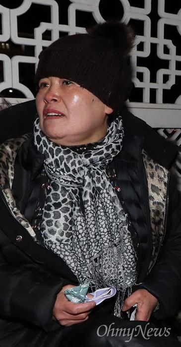 '5.18 망언'에 상경한 '오월어머니'들 오월어머니집 추혜성 이사 등 5·18 희생자 유족들이 11일 오후 서울 여의도 국회 정문 앞에서 자유한국당 김진태·이종명·김순례 의원의 '5·18 망언'에 항의하며 연좌농성을 벌이고 있다.