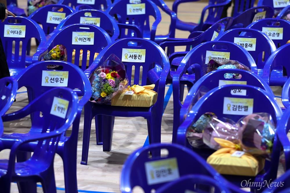 12일 오전 경기도 안산 단원고등학교에서 세월호 참사로 희생된 단원고 학생들의 명예 졸업식 끝나고 이름이 적힌 의자가 흩어져 있다.