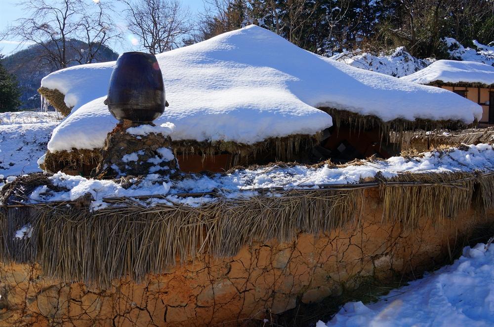왕곡마을 굴뚝  왕곡마을 굴뚝은 크기도 클뿐더러 너무나 독특하여 굴뚝마을이라 불리어도 이상하지 않다. 굴뚝위에 항아리를 엎어놓은 모양이 재미있다.(2016.12 사진)