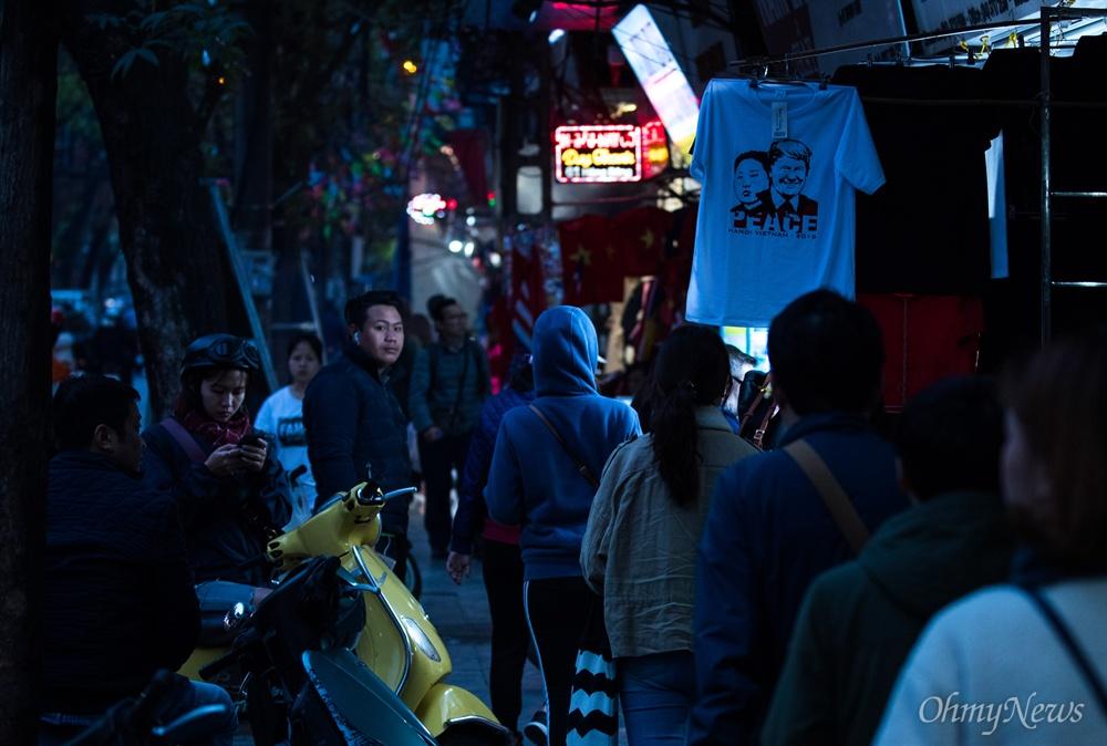 김정은-트럼프 '평화 티셔츠' 만드는 베트남
