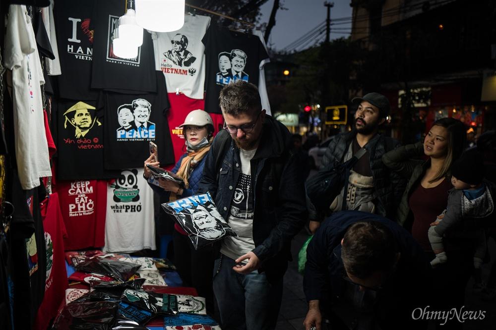 김정은-트럼프 '평화 티셔츠' 김정은-트럼프 '평화 티셔츠' 만드는 베트남