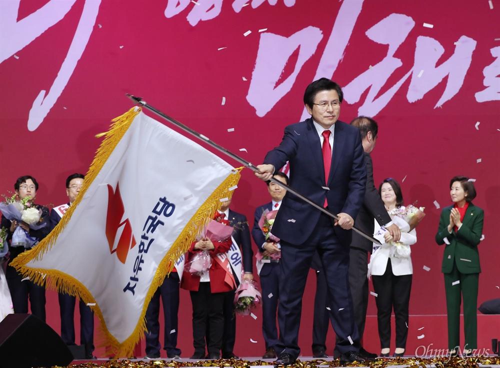 당기 받아 든 황교안  27일 경기도 고양 킨텍스에서 열린 자유한국당 제3차 전당대회에서 당대표로 선출된 황교안 후보가 당기를 받아 흔들고 있다.