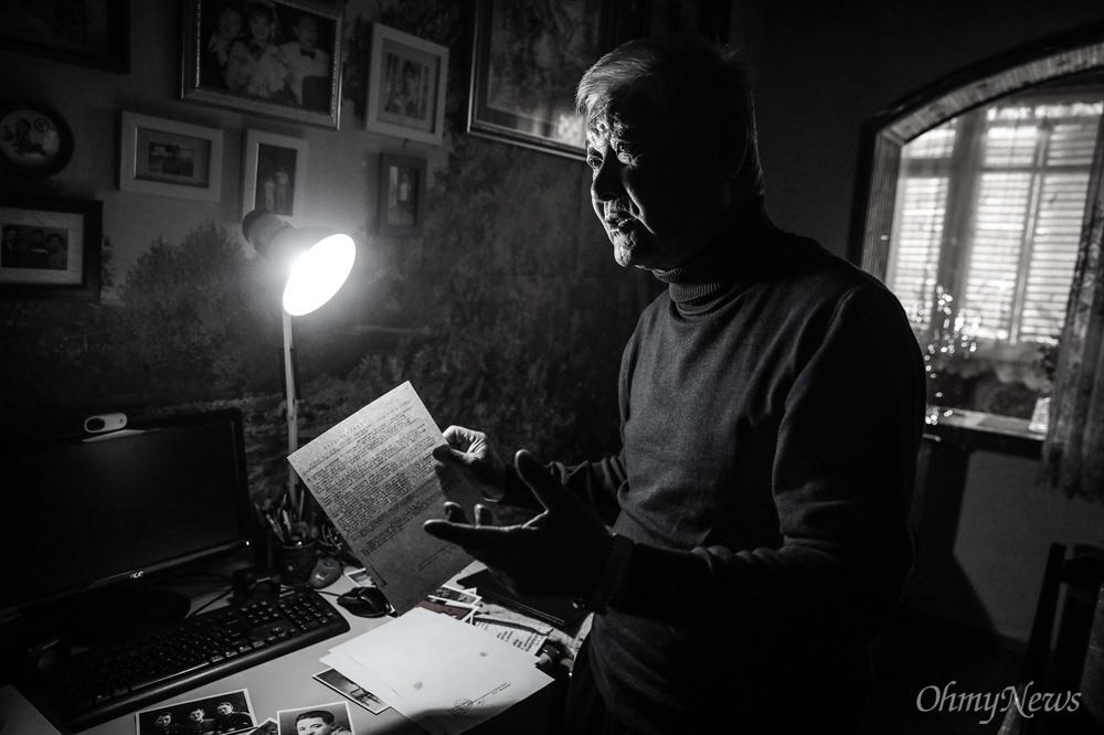 한 블라디슬라브 선생이 한창걸 선생의 처형과 관련된 재판 기록을 들고 있다.