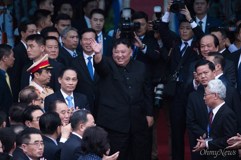 '고맙습니다' 환송인파에 감사 인사 베트남 공식일정을 마친 김정은 북한 국무위원장이 2일 베트남 국경 동당역에서 전용열차에 오르긴 전 환송 인파에 감사 인사를 표하고 있다.