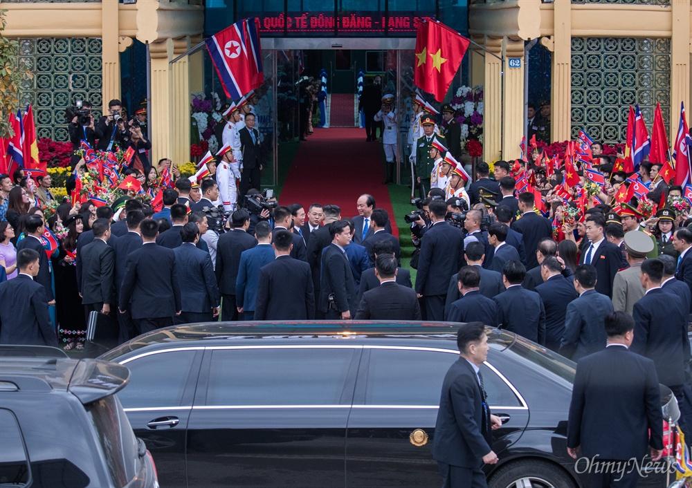 베트남 공식일정을 마친 김정은 북한 국무위원장이 2일 베트남 국경 동당역에서 전용열차에 오르긴 전 환송 인파에 감사 인사를 표하고 있다.