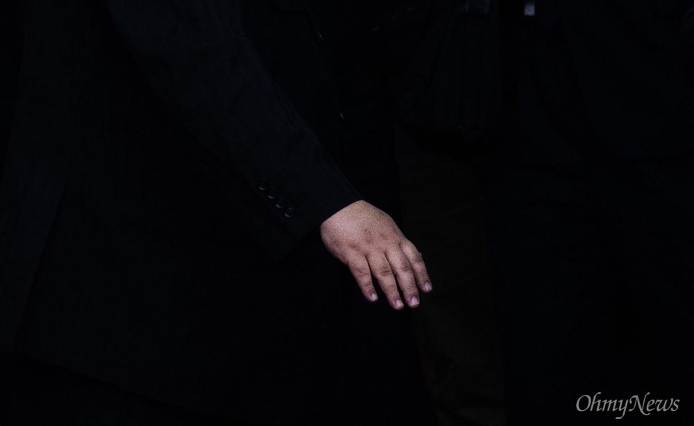 베트남 공식일정을 마친 김정은 북한 국무위원장이 2일 베트남 국경 동당역에서 전용열차에 오르긴 전 환송 인파를 향해 인사를 하고 손을 내리고 있다.