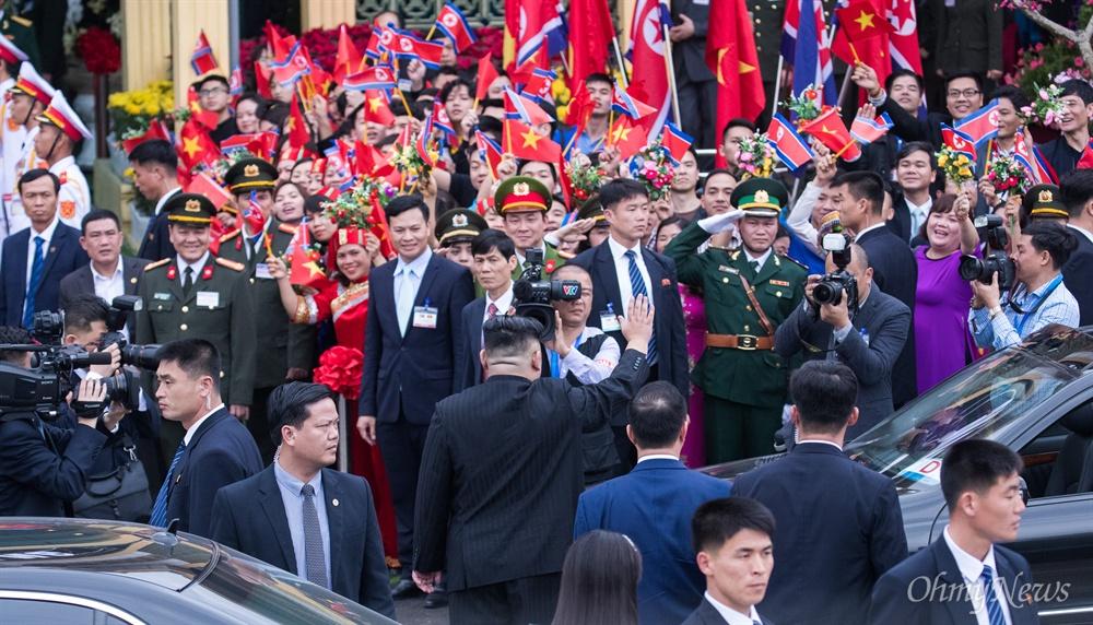 베트남 공식일정을 마친 김정은 북한 국무위원장이 2일 베트남 국경 동당역에서 전용열차에 오르긴 전 환송식에 참석하고 있다.