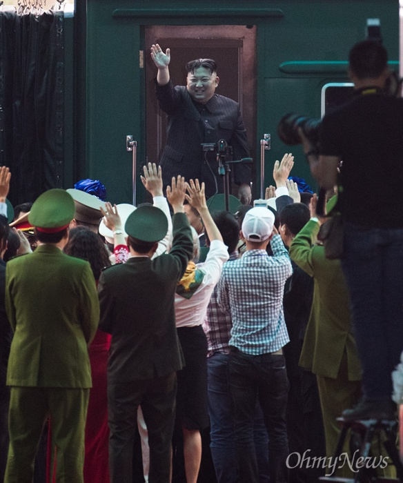 베트남 공식일정을 마친 김정은 북한 국무위원장이 2일 베트남 국경 동당역에서 전용열차에 오르긴 전 환송식에서 손을 흔들고 있다.