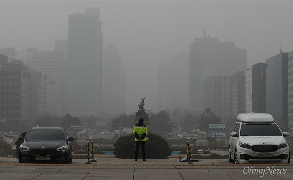 미세먼지 공습... 매캐한 여의도  초미세먼지에 휩싸인 서울 여의도 국회의사당에서 바라 본 여의도.  연일 이어지고 있는 미세먼지 공습에 매캐한 안개가 뒤덮인 듯 한 치 앞도 뿌옇게 보인다.