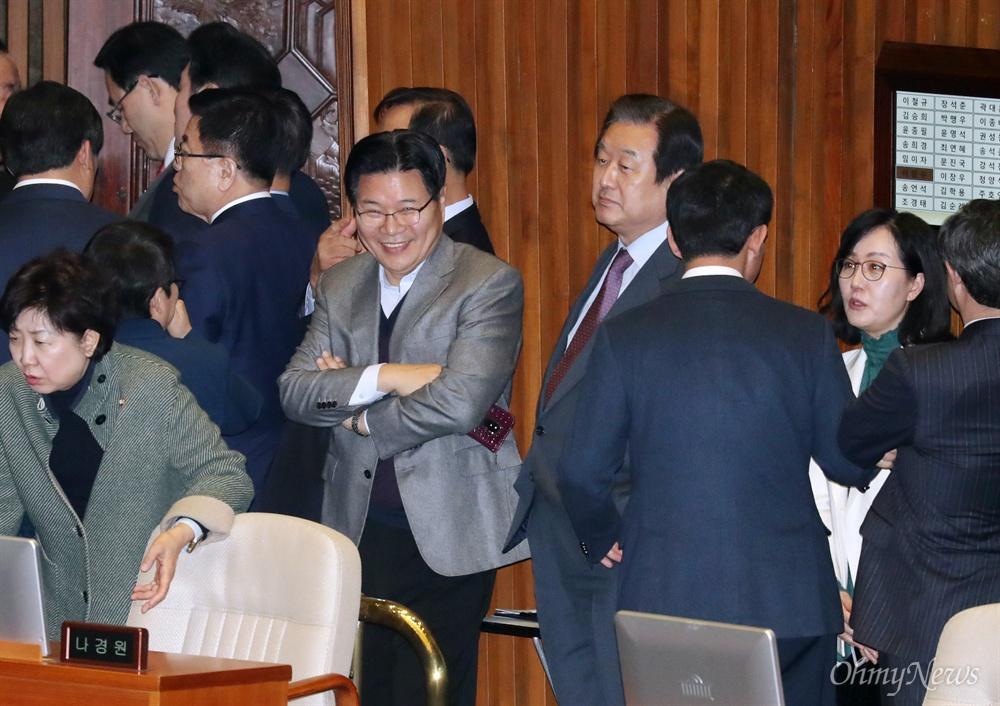 팔짱에 '함박웃음' 홍문종 의원 자유한국당 홍문종 의원이 7일 오후 제367회 임시회 개회식에 이어 열린 국회 본회의에 참석해 함박웃음을 짓고 있다. 오른쪽 김무성 의원의 표정과 대조를 이룬다.