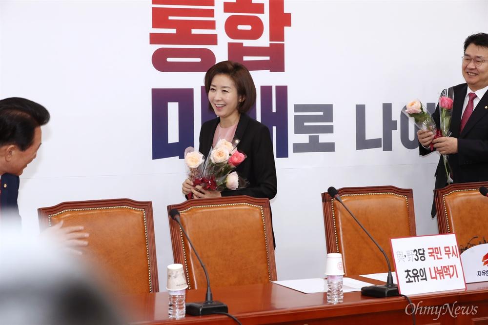 꽃을 든 나경원 3.8 세계 여성의 날 제111주년을 맞이한 8일 오전 서울 여의도 국회에서 원내대책회의를 주재한 나경원 자유한국당 원내대표가 장미꽃을 들고 회의장에 들어서고 있다.