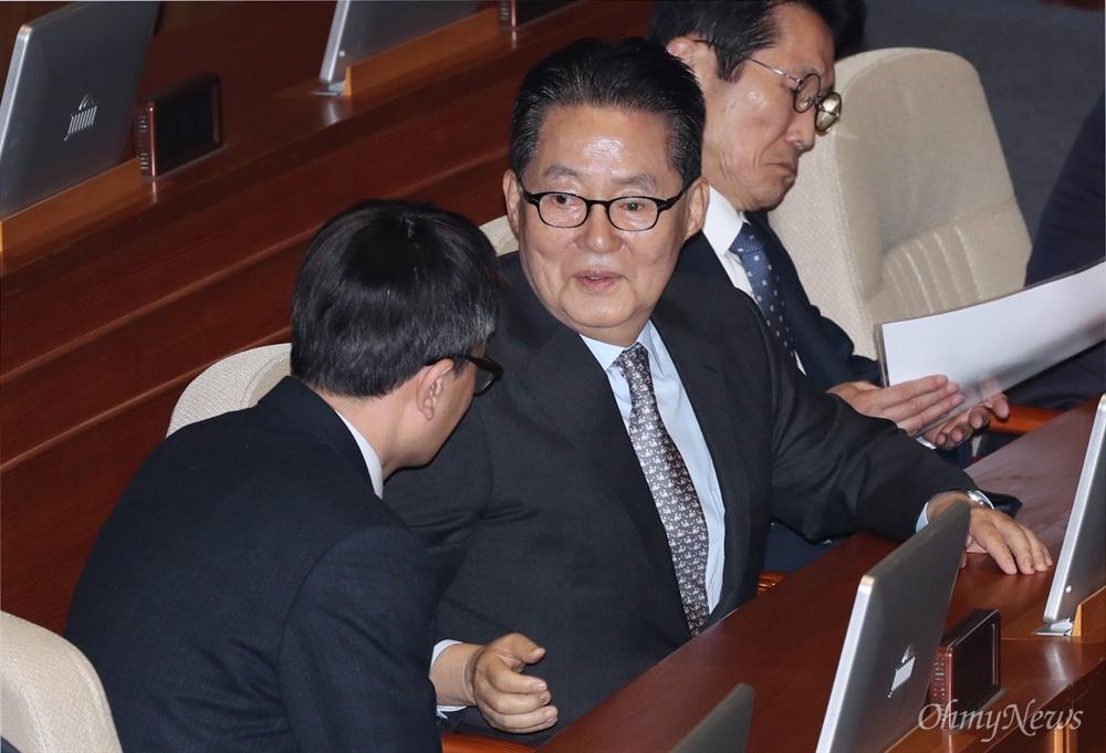박지원에 다가간 박주민 박주민 더불어민주당 의원이 11일 오전 국회 본회의장에서 박지원 민주평화당 의원에게 다가가 무언가를 설명하고 있다. 박지원 의원도 이날 회견에 공동주최로 이름을 올렸지만 회견에는 참석하지 못했다.