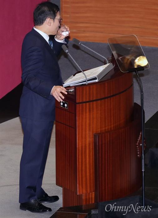 목 축이는 홍영표 홍영표 더불어민주당 원내대표가 11일 오전 국회 본회의장에서 교섭단체 대표연설을 하던 도중 목을 축이고 있다.