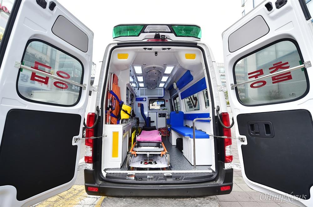 '달리는 응급실'이라고 불리는 닥터-카는 외상센터 전문의와 간호사가 구급차에 직접 타고 출동한다.