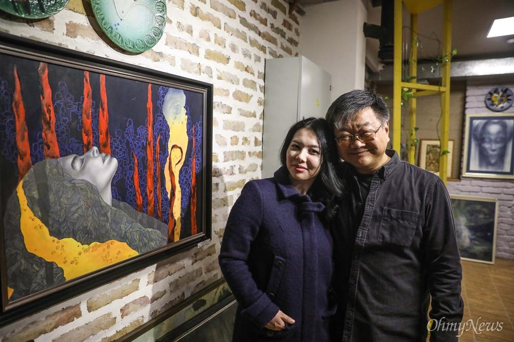 노런 갤러리 대표인 김 아나토리씨와 그의 딸 김 다리아씨. 김 다리아씨의 작품 앞에서 기념 사진을 찍고 있다.