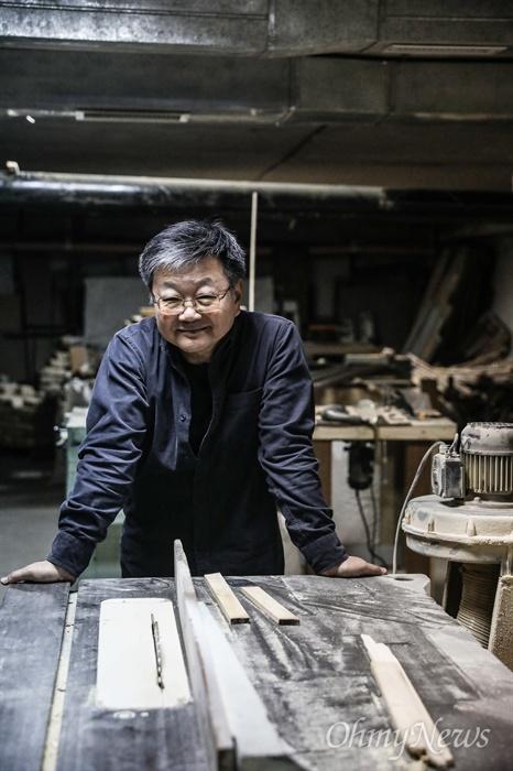김 아나토리씨가 작업을 하는 목공소. 갤러리 지하에 목공소를 만들어 그림에 사용되는 액자를 직접 제작한다.