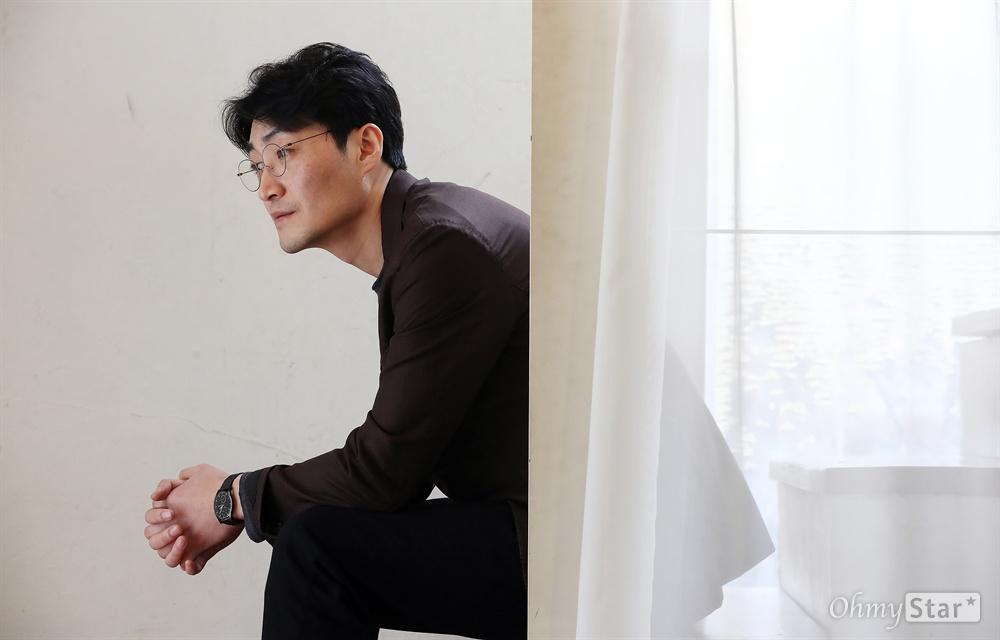'우상' 이수진 감독 영화 <우상>의 이수진 감독이 12일 오후 서울 팔판동의 한 카페에서 진행된 인터뷰에 앞서 포즈를 취하고 있다.