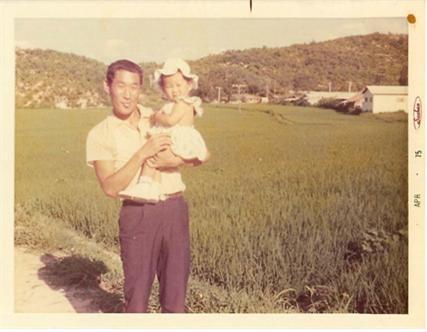 1973년 경기도 여주시 능서면에서 태어나 미국으로 입양, 현재 미국 휴스턴주에 거주 중인 윤케티씨(친어머니 윤정주)가 친아버지를 찾고있다. 당시 사진 속 남성이 친아버지, 어린아기인 윤 케티씨.