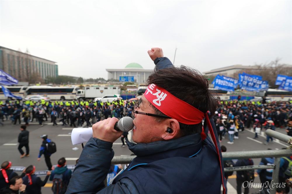 민주노총, 국회 압박 행진 'ILO 핵심협약 비준과 노동기본권 쟁취 민주노총 전국노동자대회'가 27일 오후 여의도 국회앞에서 열린 가운데, 참석한 노동자들이 국회앞으로 행진을 벌이고 있다.