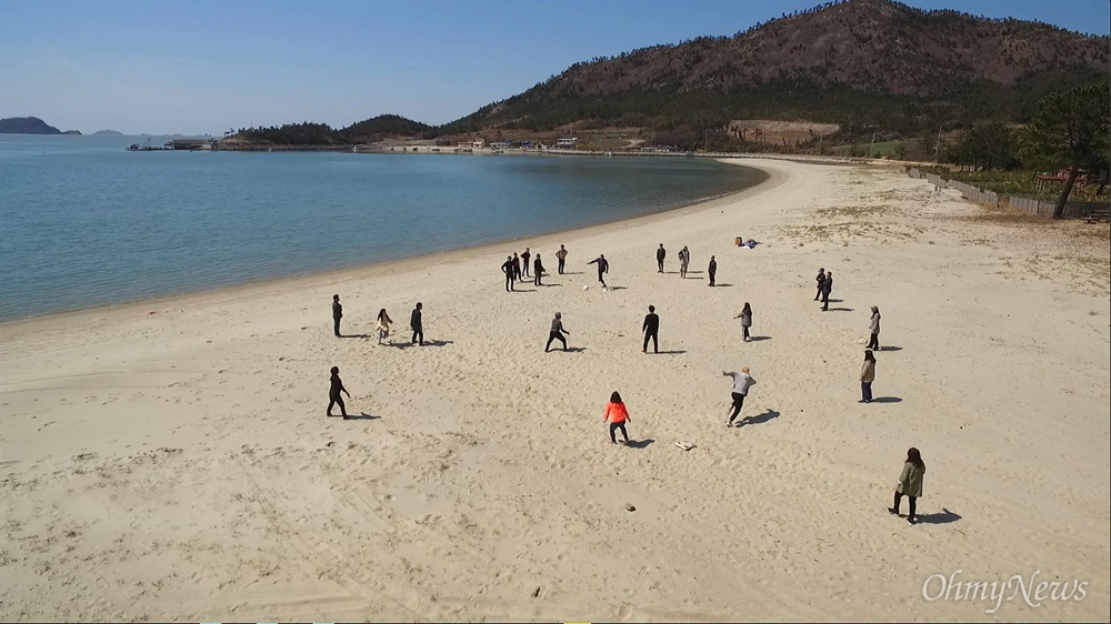 '섬마을 인생학교' 참가자들이 3일 오전 전남 신안군 도초도 시목해변에서 발야구를 하며 즐거운 시간을 보내고 있다.