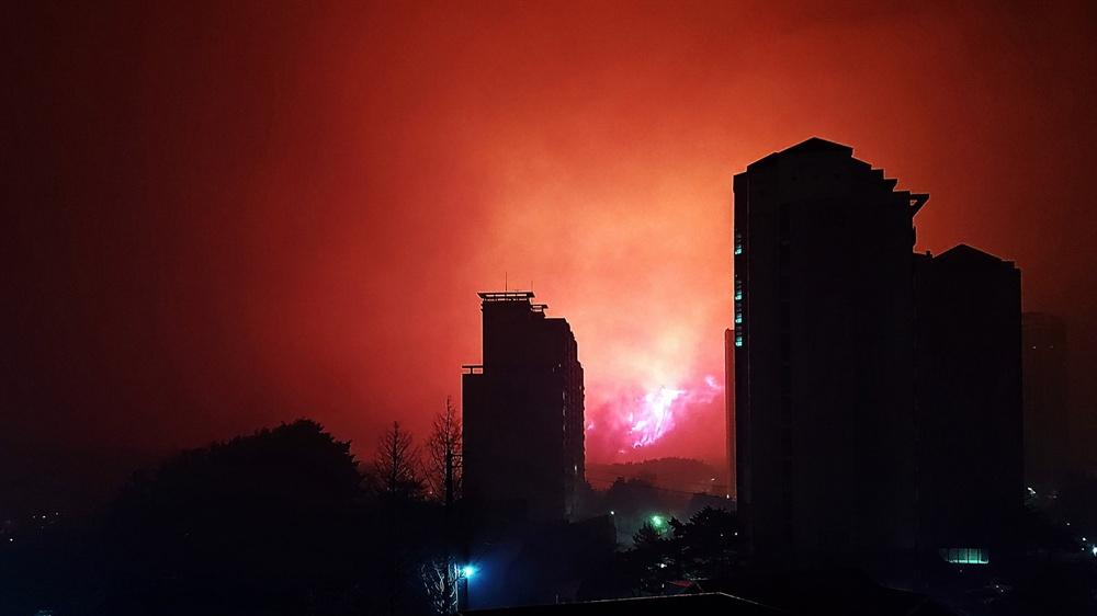 고성산불 고성에서 4일 오후 7시 17분 발생한 산불이 속초 시내 동명동 고층아파트 사이로 불길을 하늘 높이 치솟아 오르고 있다.