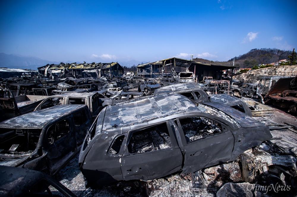 5일 오전 강원도 속초 장사동 일대 폐차장에 전날 강원도 고성에서 시작된 산불이 옮겨와 모든 차량이 전소 되었다.