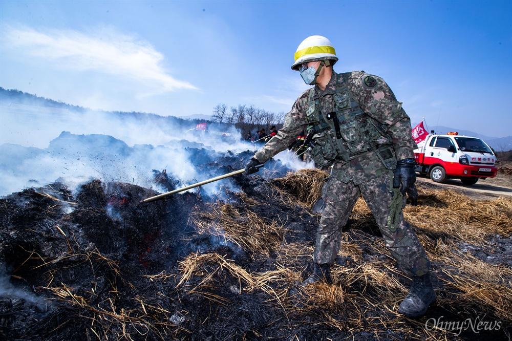 5일 오전 강원도 고성군 성천리 일대가 전날 강원도 고성에서 시작된 산불의 잔불을 군병력이 투입되어 진화를 하고 있다.