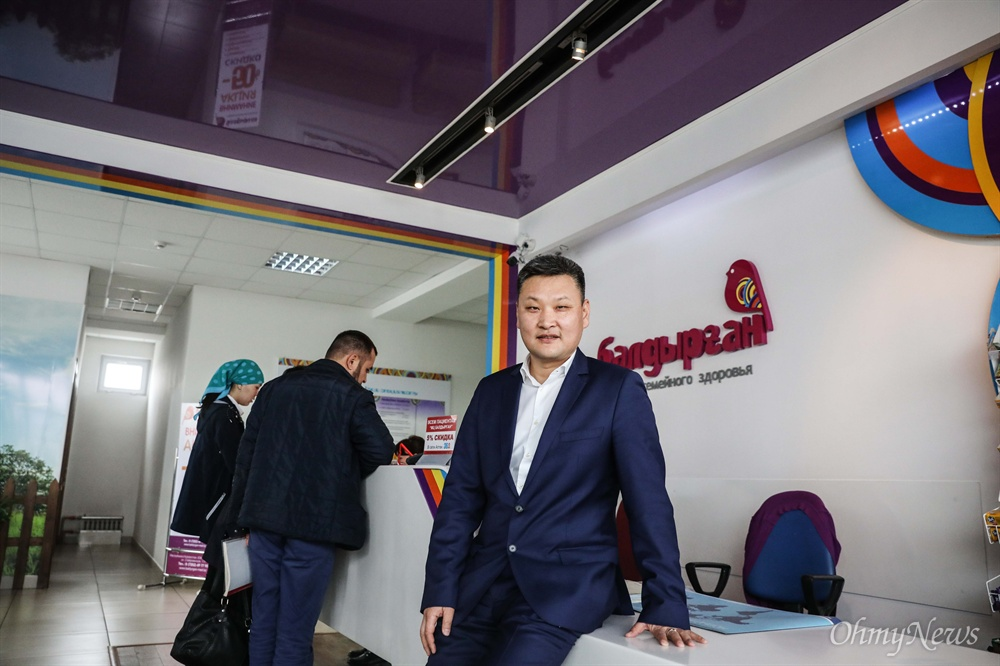 카자흐스탄 쉼켄트의 비지니스 클럽 '13'의 회장인 황 예브게니가 자신의 병원에서 사진을 찍고 있다.