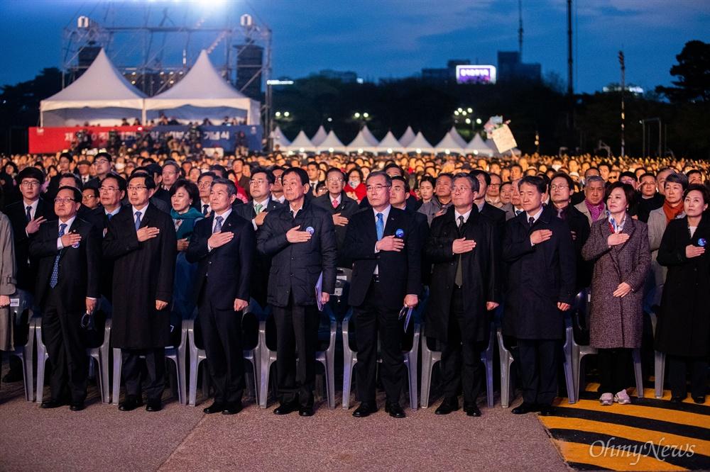 정부 각 부처 장관들이 11일 오후 서울 여의도 공원에서 열린 제 100주년 대한민국 임시정부수립 기념식에 참석해 국민의례를 하고 있다.