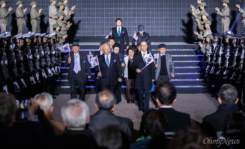 11일 오후 서울 여의도공원에서 열린 제 100주년 대한민국 임시정부수립 기념식에서 임시정부 요원들의 후손이 무대에서 환영을 받고 있다.