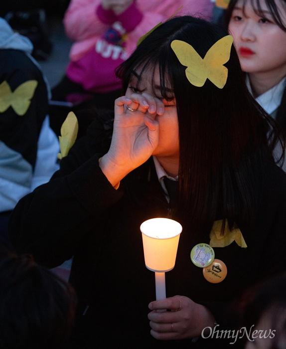 세월호참사 5주기 기억문화제가 13일 오후 서울 광화문광장에서 열린 가운데, 참사 당시 상황을 다룬 다큐영화 '부재의 기억'을 보며 참가자들이 눈물을 흘리고 있다.