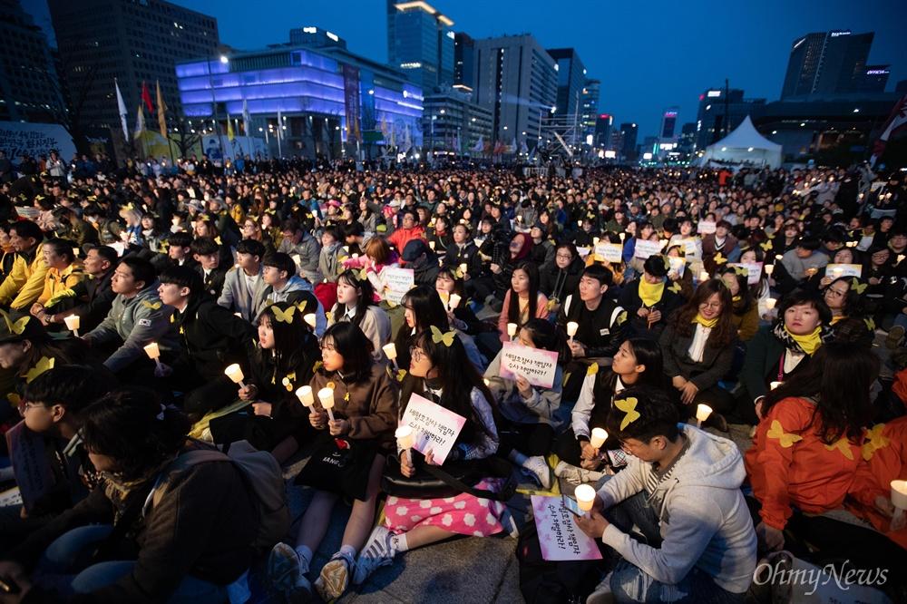 세월호참사 5주기 기억문화제가 13일 오후 서울 광화문광장에서 열리고 있다.