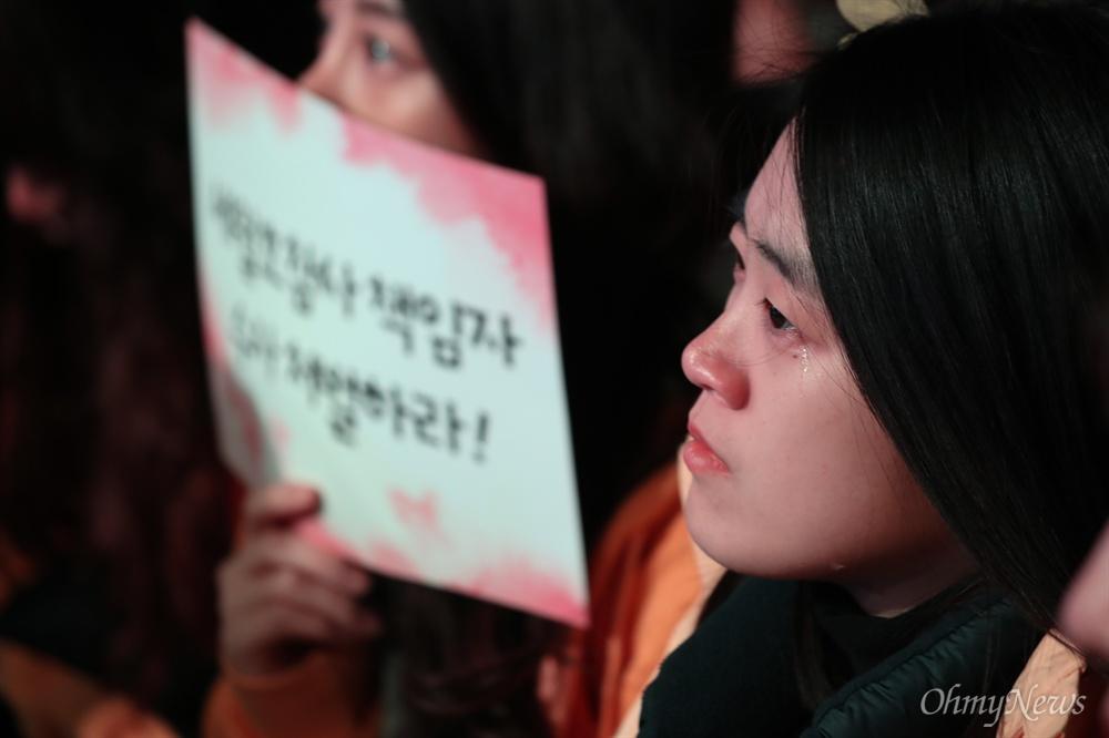 세월호 5주기를 앞둔 13일 오후 서울 광화문 광장에서 열린 세월호참사 5주기 기억문화제에서 공연을 보던 한 유가족이 눈물을 흘리고 있다.