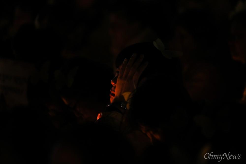 세월호 5주기를 앞둔 13일 오후 서울 광화문 광장에서 열린 세월호참사 5주기 기억문화제에서 공연을 보던 한 유가족이 눈물을 훔치고 있다.