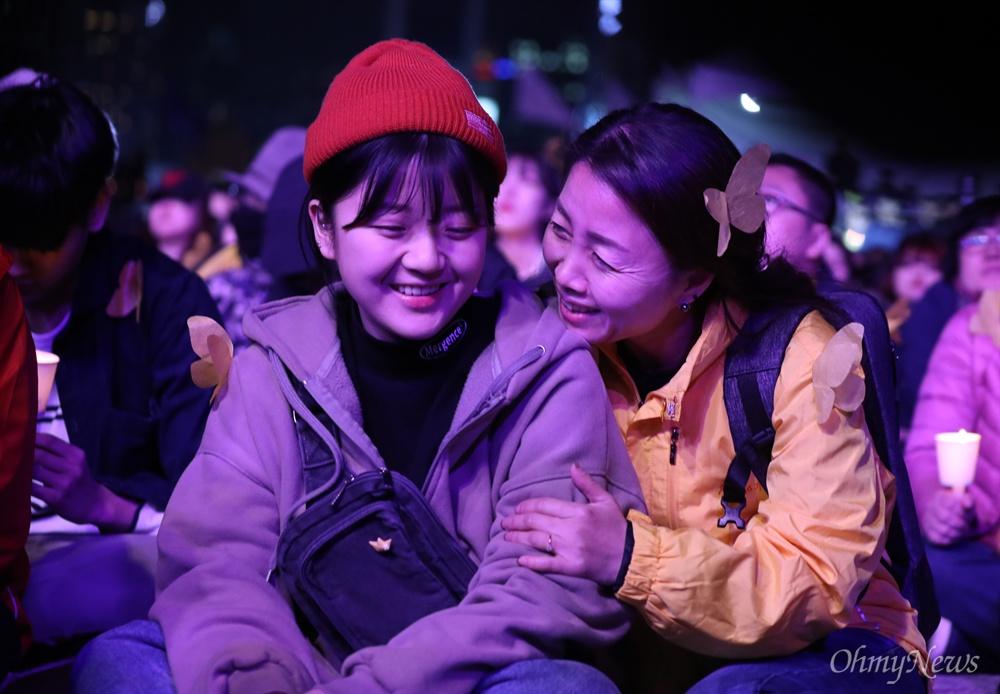 세월호 5주기를 앞둔 13일 오후 서울 광화문 광장에서 열린 세월호참사 5주기 기억문화제에 참석한 유가족이 미소를 짓고 있다.
