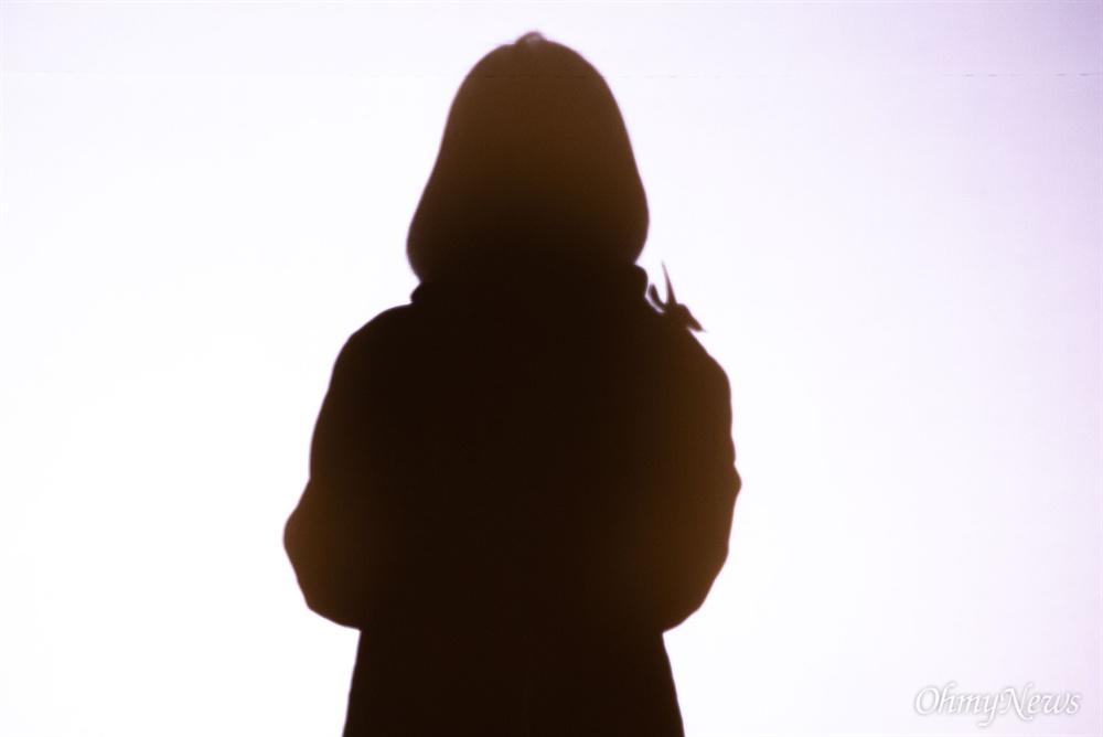 세월호 5주기를 앞둔 13일 오후 서울 광화문 광장에서 생존 학생 단체인 '메모리아' 대표 장애진씨가 세월호참사 5주기 기억문화제에서 발언을 하는 모습의 그림자가 무대에 비치고 있다.