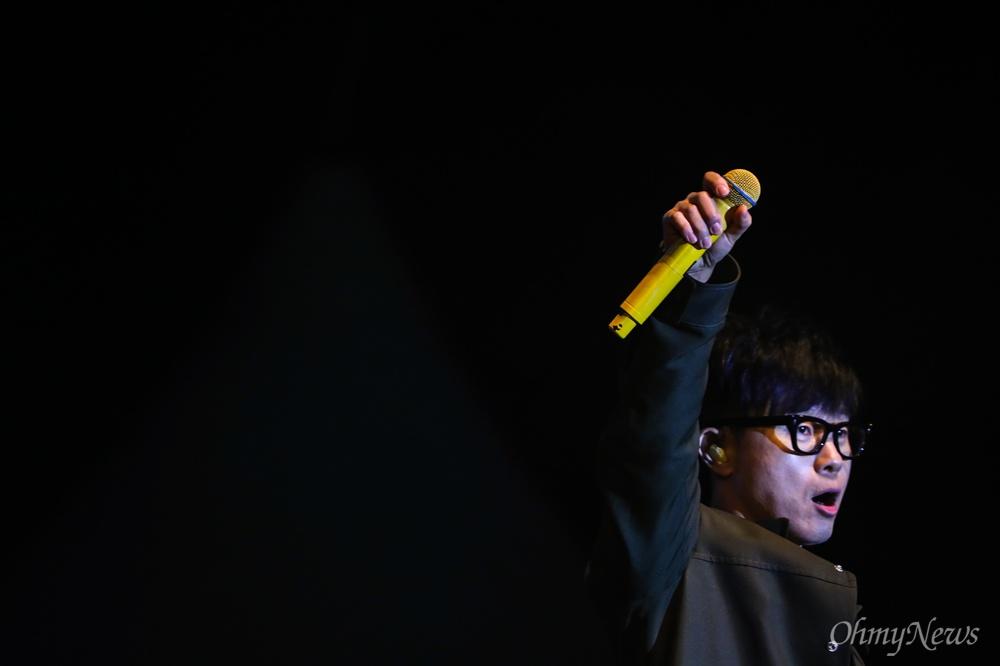 세월호 5주기를 앞둔 13일 오후 서울 광화문 광장에서 가수 이승환이 세월호참사 5주기 기억문화제에서 노래를 부르고 있다.
