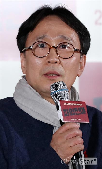 '파업전야' 공수창 작가, 발로 쓴 시나리오 15일 오후 서울 용산CGV에서 열린 영화 <파업전야> 시사회에서 시나리오을 맡은 공수창 작가가 작품을 소개하고 있다. <파업전야>는 90년대 군부정권 아래에서 노동자의 현실을 담아 낸 작품으로, 1990년 공개 당시 노태우 정부는 상영장마다 경찰을 투입해 상영을 저지하기도 했던 한국독립영화의 대표적 화제작이다. 4k 디지털마스터링 작업을 거쳐 30년 만에 정식으로 5월 1일 개봉 예정.