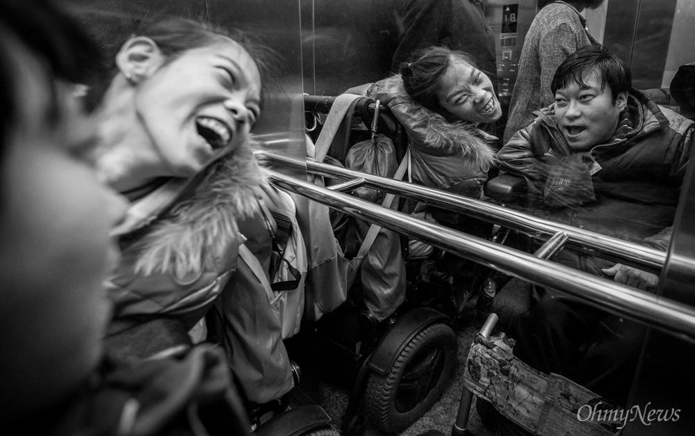 승강기는 두 사람의 애정을 표현하는 장소 같아 보였다. 얼굴만 봐도 좋은지 미소가 한가득 하다.