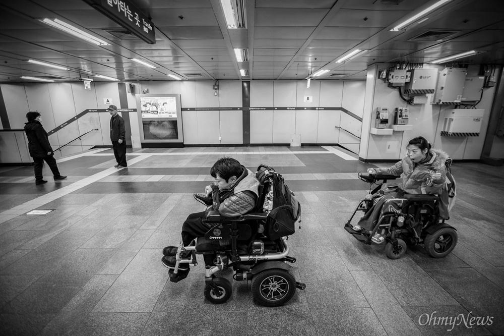 상우씨와 성은씨는 장애인 인권 운동 활동가로도 활동 중이다.  두 사람이 함께 일정을 마치고 집으로 가는  지하철을 타기 위해 승강장으로 이동하고 있다.